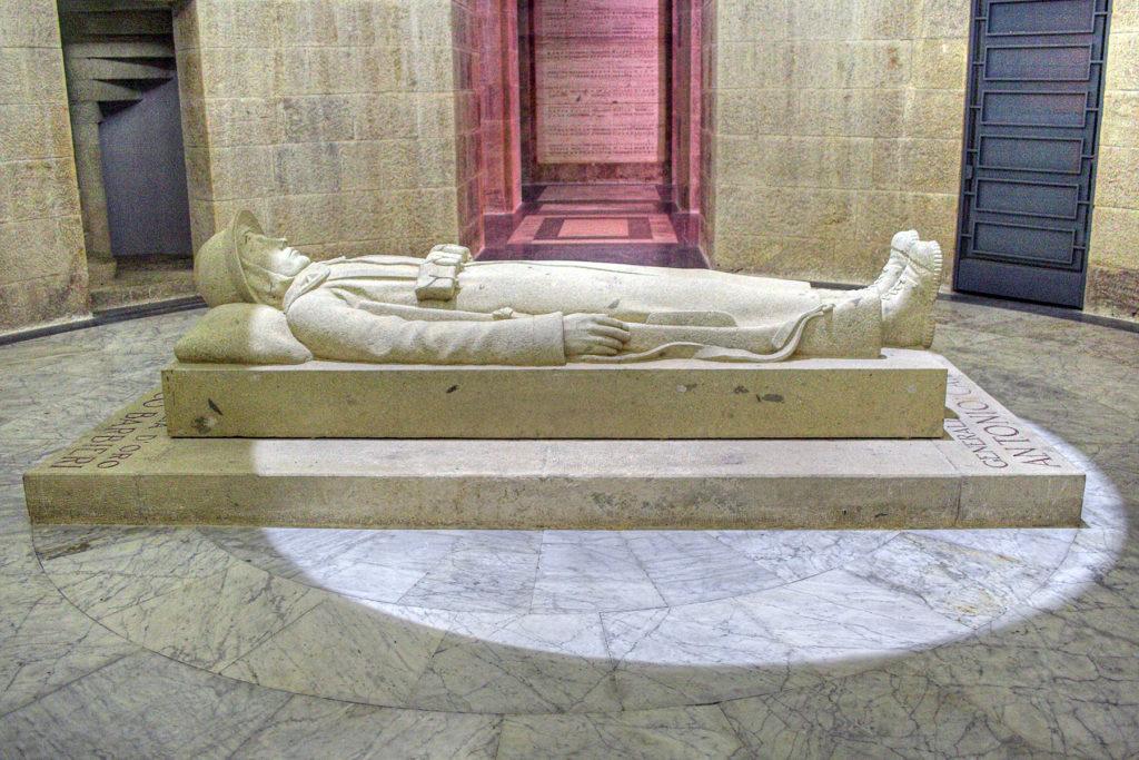 Il monumento del Fante morto nel quale sono conservate le spoglie delle M. O. gen. Antonio Cantore e ten. Francesco Barbieri. credit: clic per la pagina Wikipedia