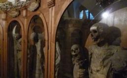 https://commons.wikimedia.org/wiki/File:Chiesa_dei_Morti_e_cimitero_delle_mummie_-_Urbania_6.jpg